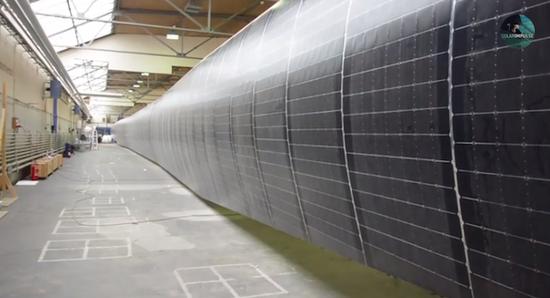 整塊機翼被17248片單晶硅光伏電池覆蓋,光伏電池轉化率高達22%,為了存儲太陽能,機上還有633千克重的鋰電池,白天,太陽能電池將電能充入到機載鋰電池中,為夜間飛行儲備電能,最高飛行速度141千米每小時。