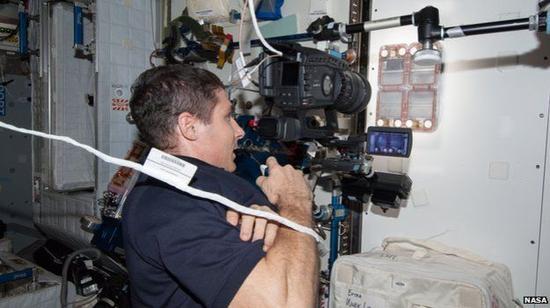 空间站上的美国宇航局宇航员利用摄影机记录下整个实验过程。