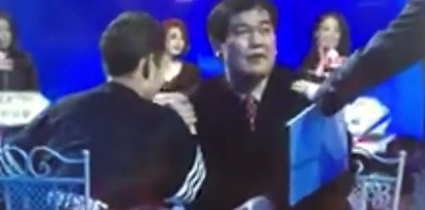 《非诚勿扰》男佳宾与观众现场扳伎俩