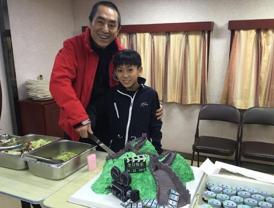 張藝謀65歲生日摟老婆兒子片場慶祝