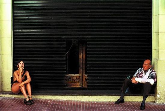 阿根廷女模特儿布林迪希丝毫不畏惧的贯彻她的艺术理念,全裸走上街头。