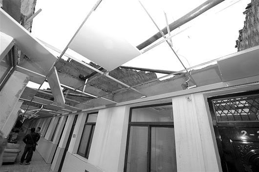 图为:没了屋顶的福利院宿舍楚天都市报记者曲严摄