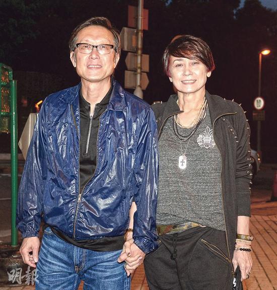 刘伟强与太太手牵手抵达派对场地,十分恩爱。