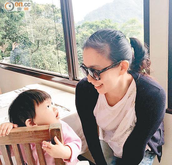 一看吴辰君甜蜜的笑容,就知道她有女万事足。
