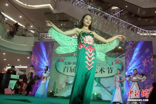 芜湖上演风筝时装秀引围观 50米长祥龙风筝亮相