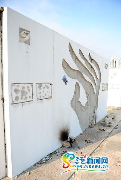 被破坏的三亚百年电影节百位明星手模纪念墙。(三亚新闻网记者沙晓峰摄)