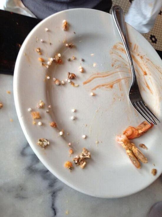 在这个牡蛎里,艾略特发现了更多小珍珠,总共有约50颗。