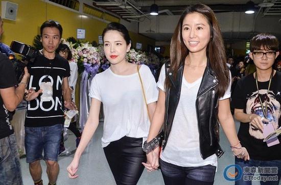 许玮甯、林心如手牵手现身张惠妹演唱会。