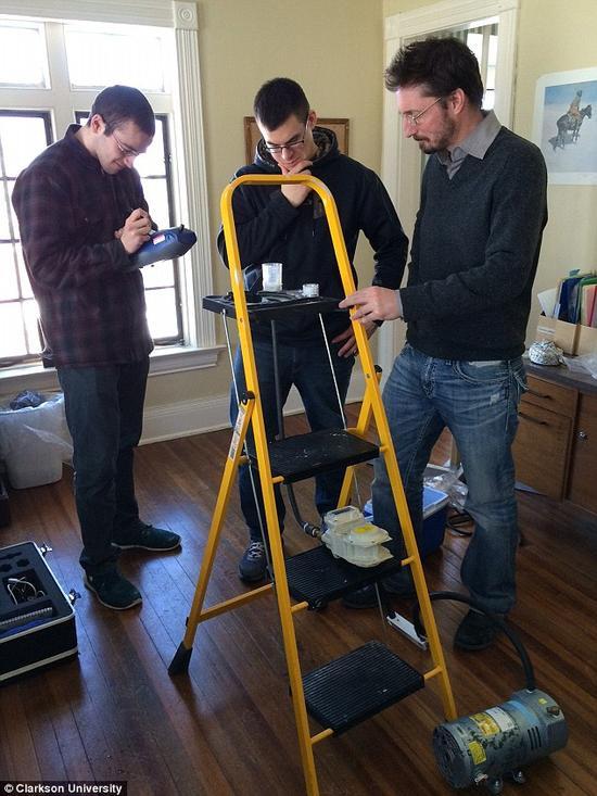 羅傑斯教授帶領研究團隊正在分析空氣樣本。這些空氣樣本都採集於那些被報導曾經發生過鬧鬼事件的建築物中。