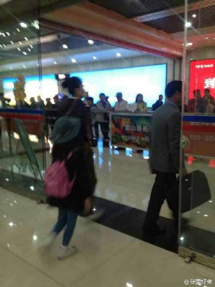 王菲现身丽江机场