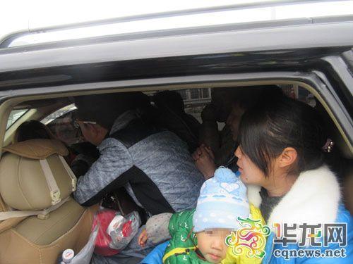 核载5人的越野车挤下10人。市高速执法二支队四大队供图 华龙网发