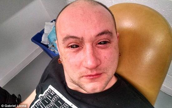 一支来自加州的研究团队研发了一种能使人类拥有夜视能力的药水。该溶液由二氢卟吩e6与胰岛素和生理盐水混合而成。在往实验对象加西亚?里西纳眼中滴入少量溶液之后,他的眼睛先是呈现全黑色,但在药水被吸收之后即恢复正常。
