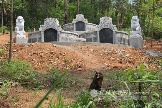 尧山上毁林新建的墓群