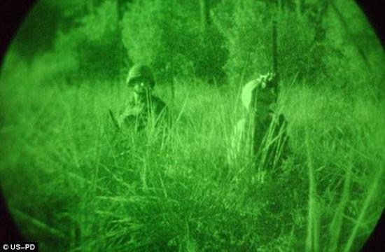 一小时之内,里西纳先生就能在黑暗中视物了,并且这一效果持续了几个小时。实验之后,里西纳先生睡觉时也佩戴了太阳镜,第二天早晨,他的视力就恢复到了正常水平。图为2003年于伊拉克拍摄的美国军人。