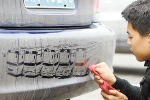 大学生拯救脏车 抹布当画笔车上作画获赞