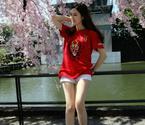 美女球迷拍长腿写真