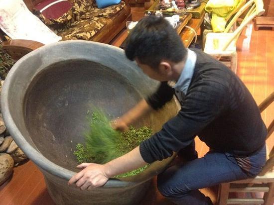 茶商张攀浩在自己的店里手工炒茶