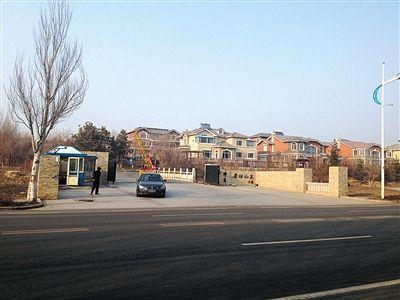 """3月26日,一辆宝马轿车从长春市""""名仕山庄""""驶出。这个别墅区,被称为一汽的""""厂长楼""""。中央巡视组在巡视意见中曾对其""""点名""""。 新京报记者 涂重航 摄"""