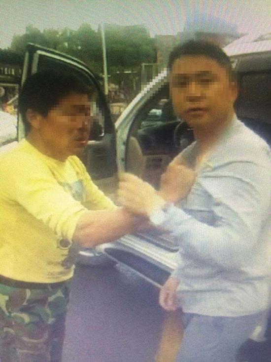 大学城,在工地当清洁工的63岁薛师傅被打出鼻血,和对方抓扯起来。