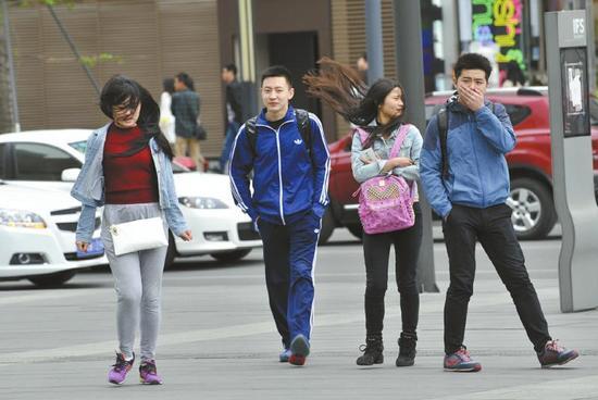 4月6日,成都春熙路上的妹子被大风吹得披头散发!吴小川摄