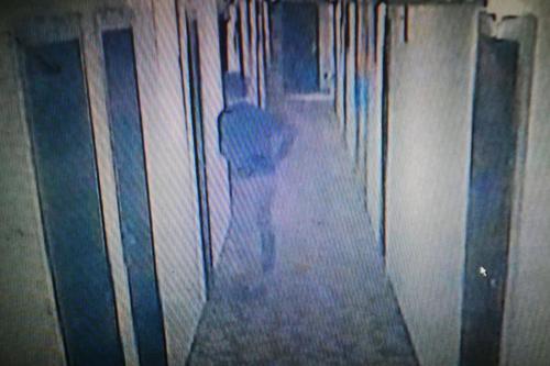 """孙先生到酒店办公室调取监控视频,显示出的""""偷窥者""""。"""