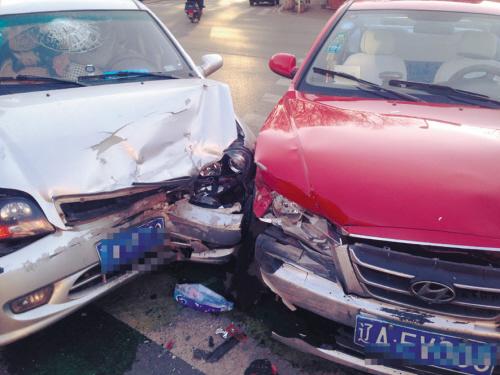 两车惨烈相撞,车损严重。