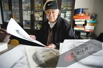 公式昨日,袁东湘在书房里整理画稿。