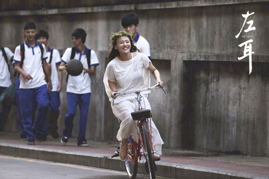 马思纯在校园骑单车