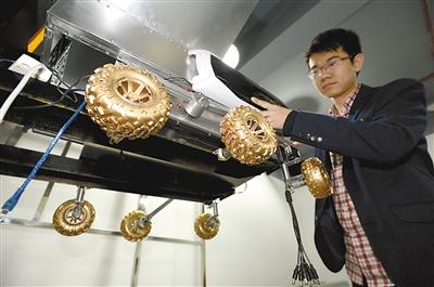 昨日,李力在实验室里加紧制作月球车首台样车。