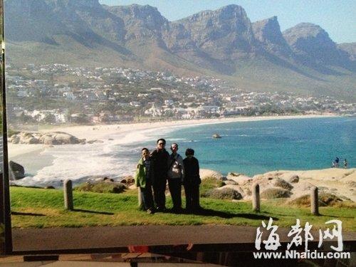 邓依伯和家人在南非海岸边