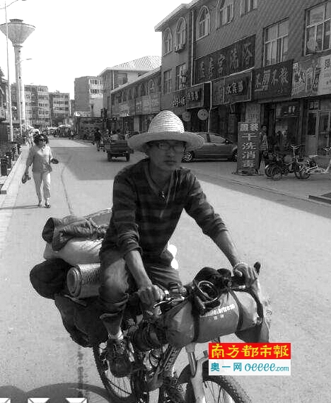 广西小伙子王平安骑着车在宁夏中卫。