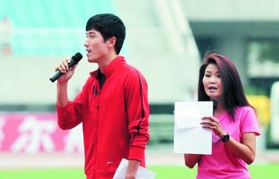 冬季那和刘翔讲解田径赛事。
