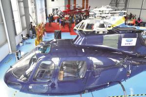 """机库里停着5架直升机,近处这架蓝色的就是售价2000多万元的""""小松鼠""""。"""