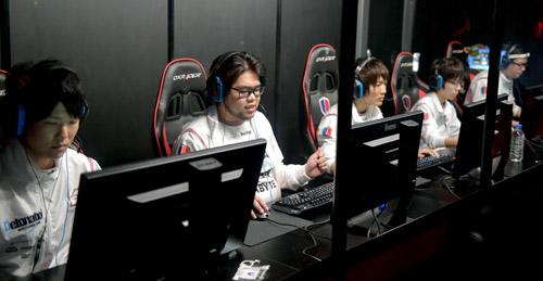 图为坐在屏幕前的电玩选手们。