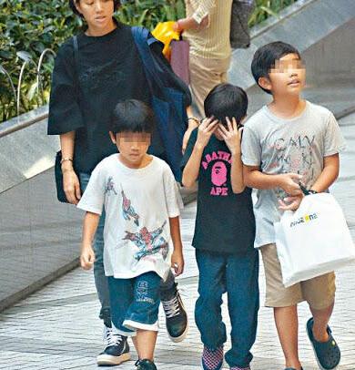 袁咏仪带儿子及同学逛街(资料图)