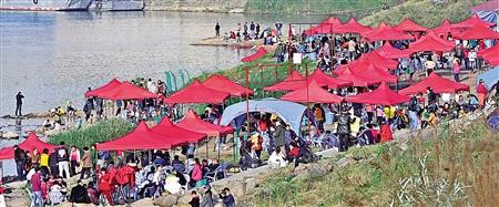 巴滨路,市民们在江边休闲娱乐。