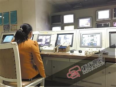金沙港湾B区监控,刘大姐正在值班。记者按下12号楼2号梯的紧急呼叫按钮,中间那部对应话机就会响起。