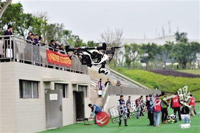 开班现场举行无人机飞行表演