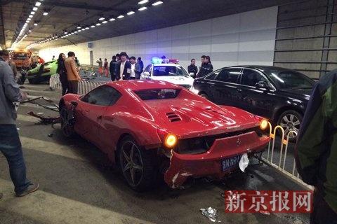 北京鸟巢附近的大屯路隧道,一辆兰博基尼与一辆法拉利发生事故,现场状况惨烈。新京报记者 浦峰 摄