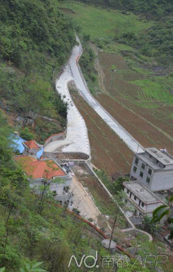 矿老板占据村级公路堵住村民大门建别墅,乡邻怨声载道。南都记者罗煜明摄