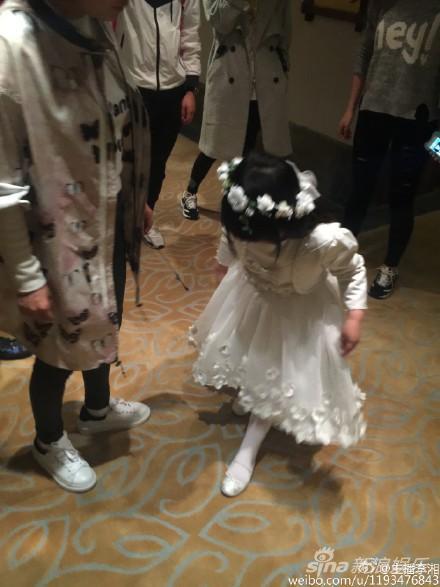 王诗龄戴上花环穿白裙变身小公主