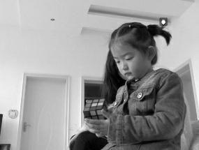4岁女童70秒还原魔方。
