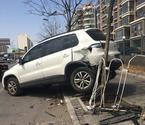 女司机停车连撞6道护栏