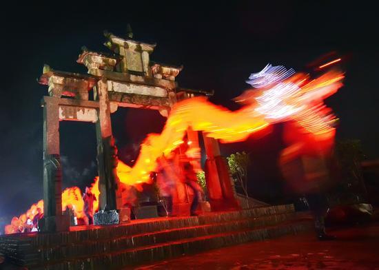 龙,是中华民族的图腾,每年元宵佳节,当夜幕降临,在八闽各地处处可见村民迎龙灯的热闹场景。