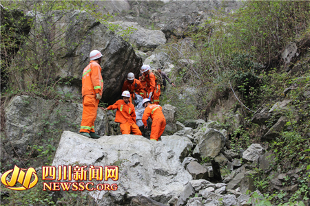 消防官兵找到一名遇难者遗体。