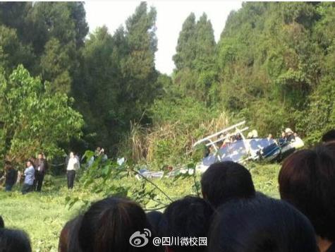 4月13日下午16时许,一架私人直升飞机在四川资阳市乐至县劳动镇坠落.