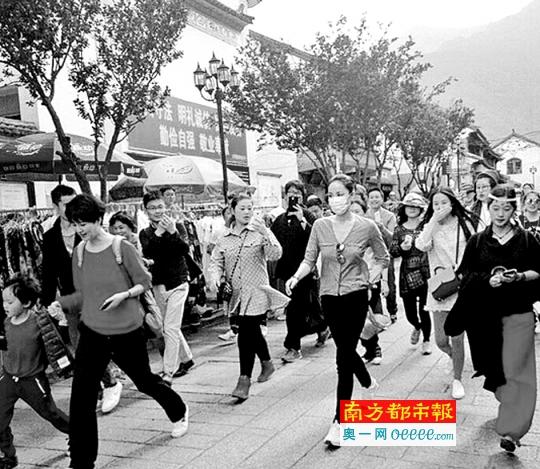 王菲(右)引起一条街的骚动。