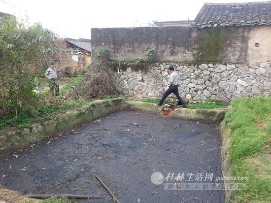 绍水镇屠宰场外的一个露天化粪池,排污口仍在排出血红的污水。
