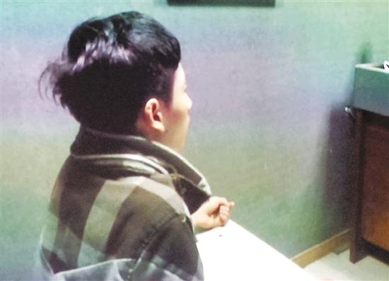 嫌犯李某接受警方审讯。