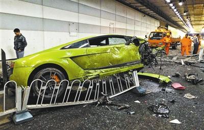 目前损坏的兰博基尼轿车被暂时寄存在修理店内 摄影 记者郝羿